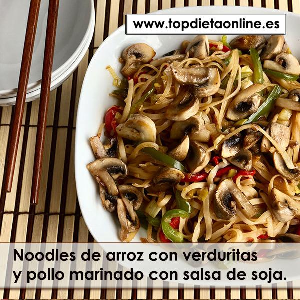 Noodles de arroz con verduritas y pollo